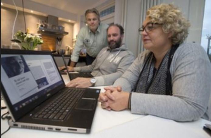 Elke week komen Robin den Boer (midden), Sandy en Jos Majoor bij elkaar om het boek van Rosa samen te stellen.