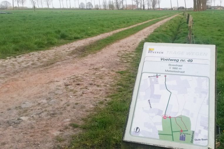 De trage weg tussen de Bosstraat en Melselestraat in Beveren is buiten gebruik omdat een deel over een privaat terrein door de eigenaar werd afgesloten.