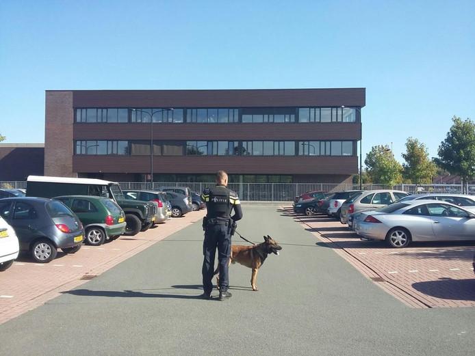 Een agent met hond bij De Rede.