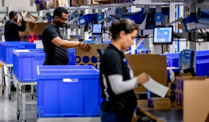 WAALWIJK - Pakketten worden voor verzending gesorteerd in het distributiecentrum van bol.com. De webwinkel maakt zich op voor de feestdagen. ANP SEM VAN DER WAL