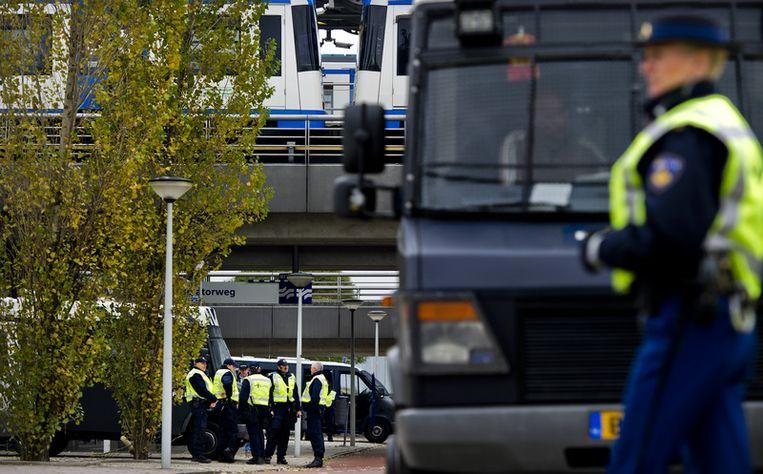 Agenten stonden paraat rondom het metrostation in het Westelijk Havengebied in Amsterdam. In dit gebied demonstreerde de omstreden English Defence League (EDL). Foto ANP Beeld
