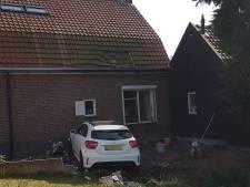Auto rijdt tegen woning in Kapelle