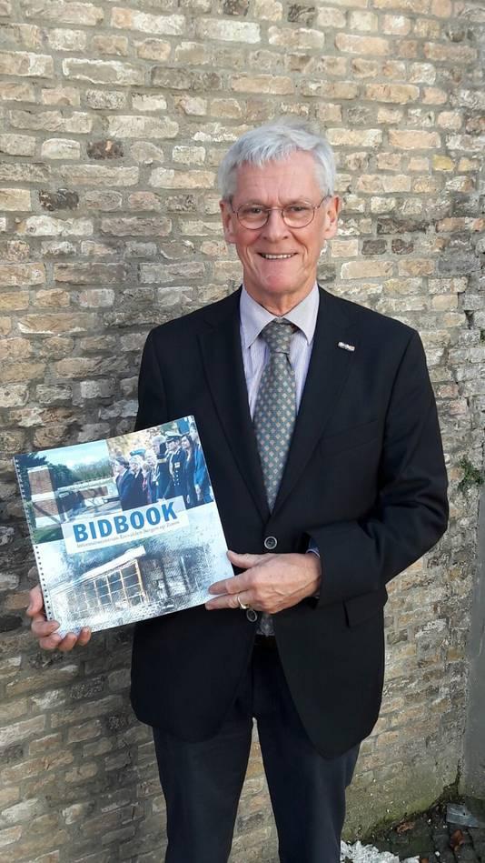 Frans de Vos, voorzitter van de Stichting Bevrijding Brabantse Wal, met het bidbook voor het informatiecentrum. Dat is vorig jaar gepresenteerd.