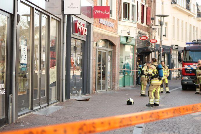 De brandweer kreeg een melding binnen van een gaslek bij een kledingzaak aan de Langestraat.
