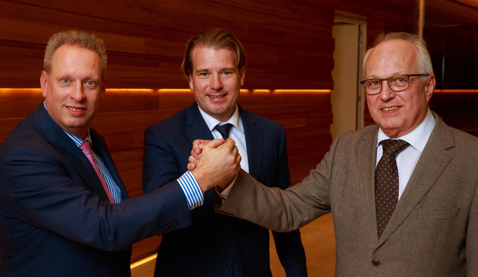 Hans Winters (CEO Siemens Nederland), Willem van der Leegte (president-directeur VDL Groep) en Jan Smits (Directeur Strategische Inkoop & Verwerving ASML) vieren de afronding van de overname.