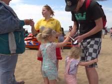 Vermiste kinderen op strand terug naar ouders met hulp van armbandje