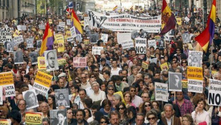 Duizenden Spanjaarden betuigen hun steun voor Baltasar Garzón. ANP Beeld