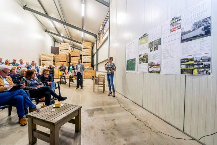 In een aardappelloods kregen Bergse politici in 2016 te horen dat de buurt niet op Buitenplaats Bergen op Zoom zit te wachten. Het verzet komt zowel van Bergenaren als inwoners van Roosendaal. Het project ligt op de grens van de twee gemeenten.