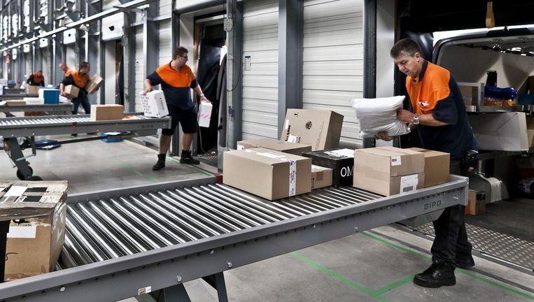 Depot van PostNL Pakketten in Sittard-Geleen. In 2015 bezorgde PostNL 156 miljoen pakketten. Beeld Hollandse Hoogte