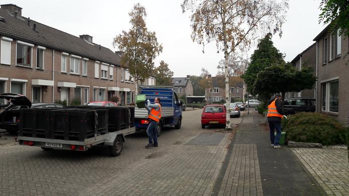 Willemien Stams heeft medelijden met de vuilophalers in Best, die net als vroeger de volle emmers handmatig moeten legen.