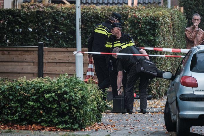 Agenten bij de woning aan de Julianalaan in Hengelo waar het familiedrama plaatsvond.