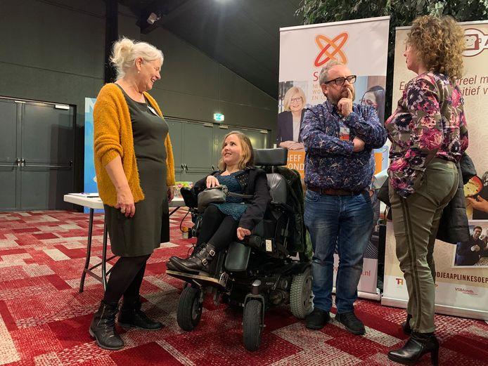 Malou Vercammen (in de rolstoel) in gesprek met een van de hulporganisaties tijdens het evenement Kracht on Tour in de Euroscoop.