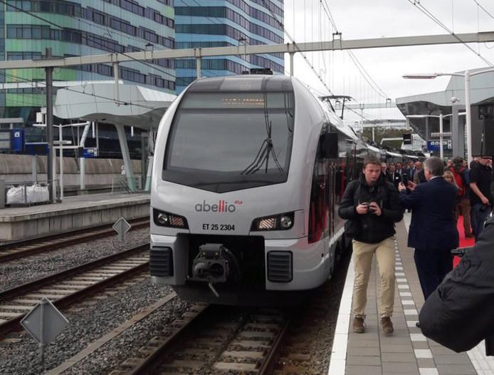 De trein van Abellio kwam donderdagmiddag vanuit Düsseldorf naar Arnhem, alwaar de lijn tussen beide steden officieel werd geopend.