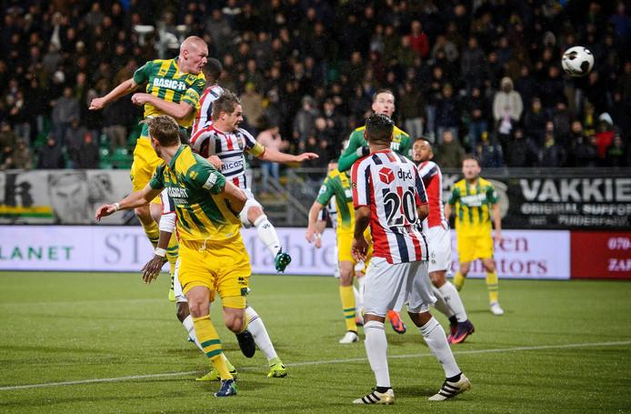 Tom Beugelsdijk kopt de 1-0 voor ADO Den Haag binnen uit een corner.