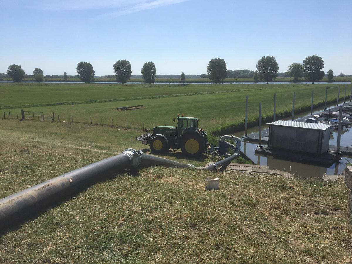 Waterschap Rivierenland heeft de eerste extra pompen ingezet bij het Noord-Brabantse Genderen.