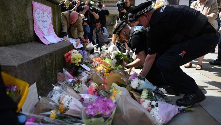 Agenten leggen bloemen bij St. Anns Square in Manchester. Beeld anp