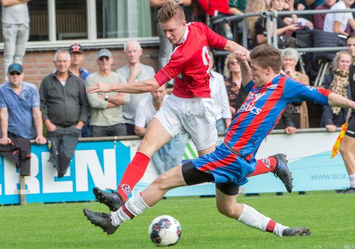 VV Heijen (rood-blauw shirt), eerder dit seizoen tegen Achates.