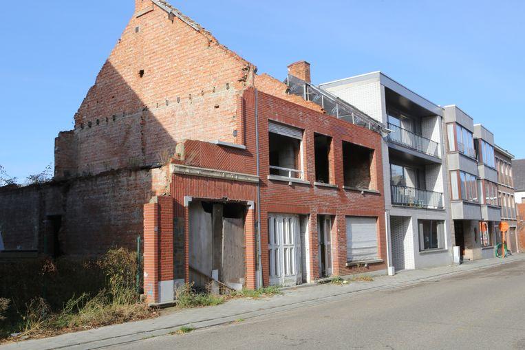 De twee panden stonden er vier jaar verloederd bij. Rechts de appartementen van de familie Verstraeten.