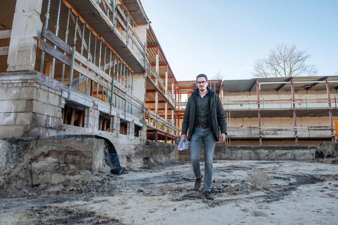 Architect Tim Ras Harderwijk aan de Johanniterlaan, waar een 'circulair zorggebouw' naar zijn ontwerp wordt neergezet.