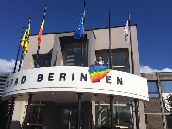 De regenboogvlag in Beringen, uitgehangen door burgemeester Thomas Vints (CD&V).