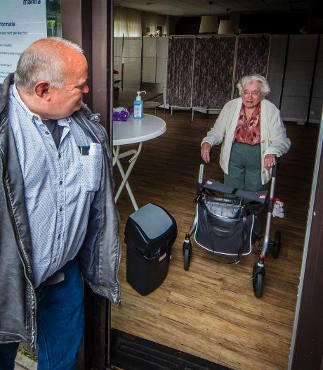 Eindelijk weer op bezoek bij moeder in Enschede: 'Zou haar het liefst een knuffel geven'