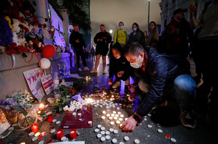 Wit-Russen steken kaarsjes aan bij hun ambassade in Moskou uit solidariteit met de demonstranten in hun thuisland.