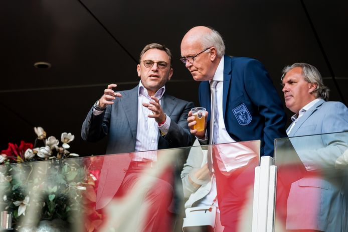 Valeri Oyf (links) in gesprek met Kees Bakker op de tribune van de Arena,  tijdens de wedstrijd van de Arnhemse club tegen Ajax vorig seizoen.