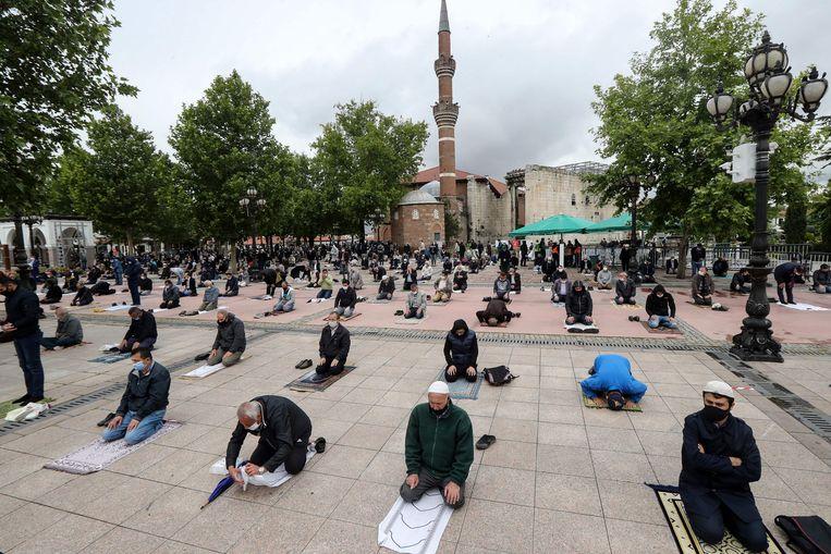 Het vrijdaggebed buiten de Haci Bayram moskee in Ankara.  Beeld AFP