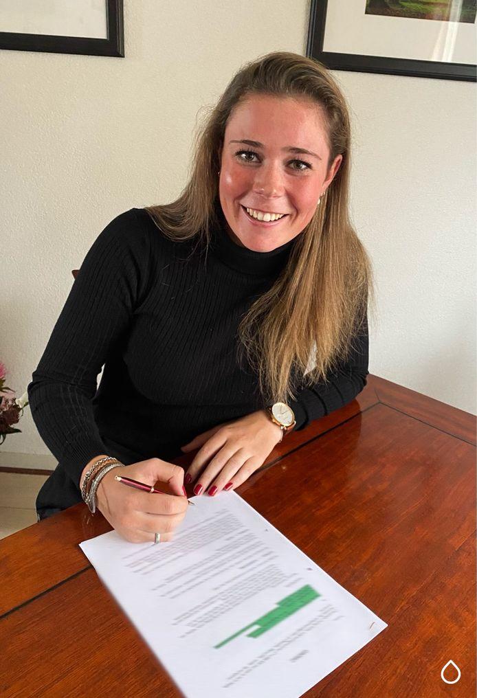 Claudia Jongerius tekent haar contract bij Chevalmeire.