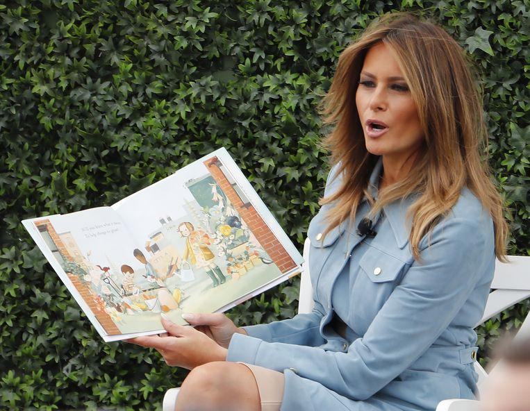 First lady Melania leest een verhaal voor de uitgenodigde kinderen.