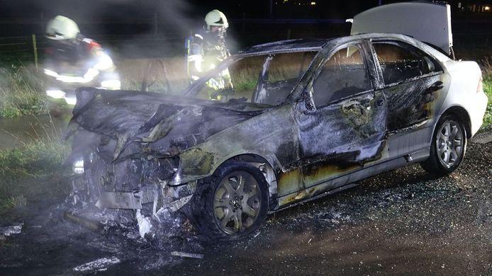 Het vuur is gedoofd, maar van de auto is weinig meer over.