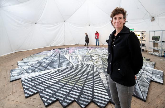 Lenneke van der Goot heeft de afgelopen twee maanden in een tent op de campus van Wageningen UR een kunstwerk gemaakt met krijt dat ze zelf heeft gemaakt van algen.