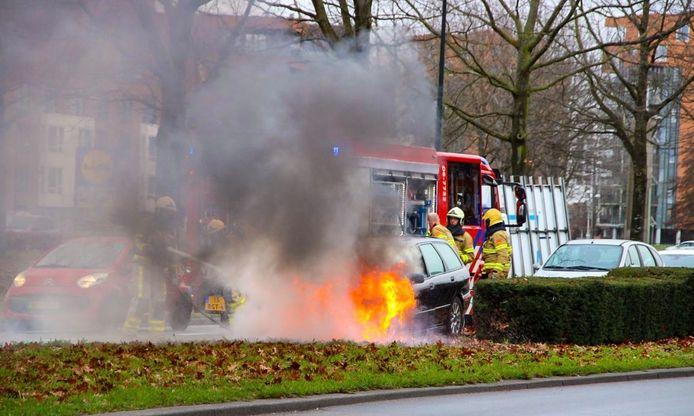 Een auto vloog vanmiddag tijdens het rijden spontaan in brand in Apeldoorn.