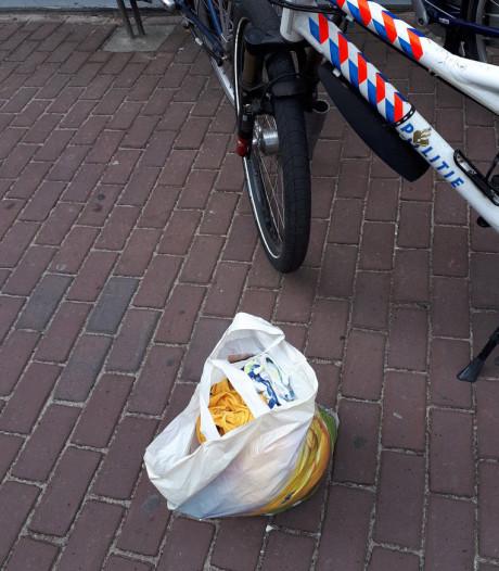 Vrouw met tas vol gestolen kleding vlucht voor beveiliger en agenten