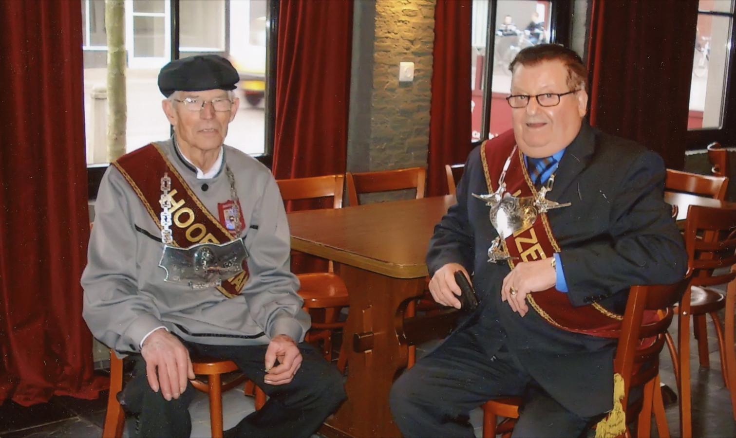 Gildemannen Jan en Toon, vrienden voor het leven in hun stamkroeg De Valk in Wernhout.