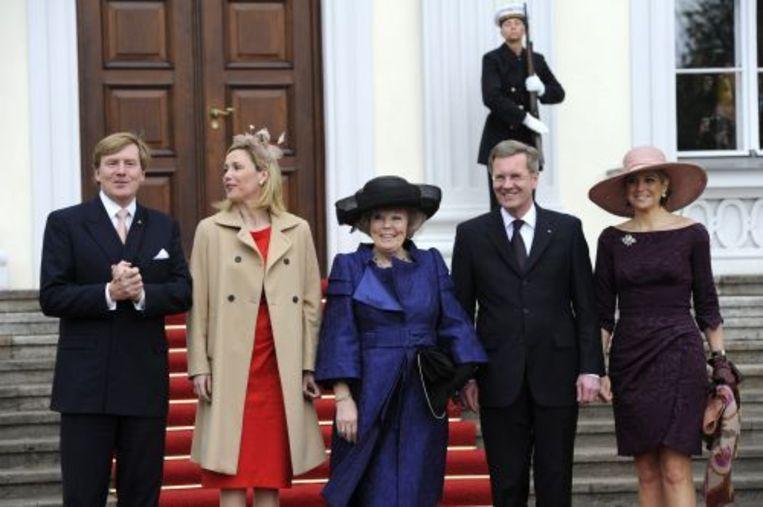 Koningin Beatrix (2e R), prins Wilem-Alexander (L) en prinses Maxima (R) worden dinsdag bij Schloss Bellevue in Berlijn ontvangen door de Duitse president Christian Wulff en zijn vrouw Bettina Wolff-Korner. ANP Beeld
