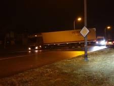 Vrachtwagen vast in berm Hengelo: weg weer vrij