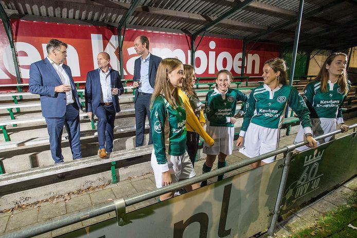 De meiden van UVV hebben de nieuwe shirts van sponsor Mandemakers gepresenteerd. Op de achtergrond (vlnr): Robert Coppens, voorzitter Sander Schaepman en wethouder daan quaars.