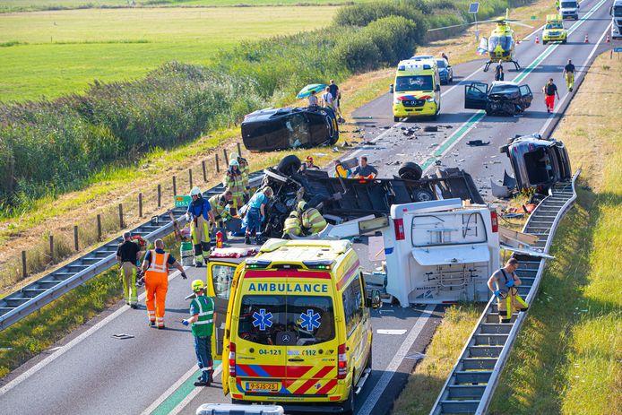 Op de N50 bij Kampen is een ernstig ongeval gebeurd. Bij de aanrijding zijn een camper en meerdere auto's betrokken De ravage is enorm.