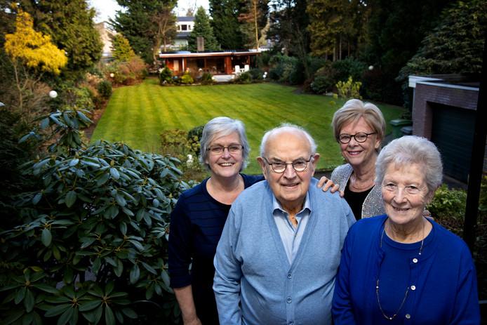 Vlnr: Zonnebloemvoorzitter Rita van Gerven, Jo Deckers, bestuurslid Tony Boogers en vrijwilligster Minie Smulders.