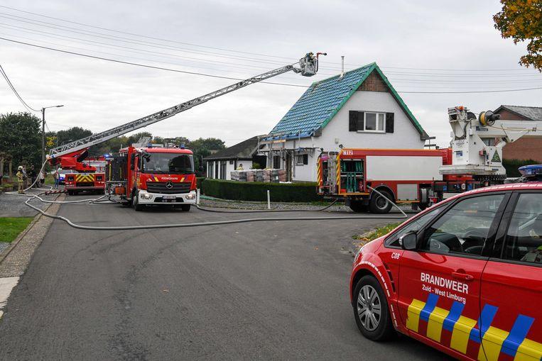 Brandweerzone Zuid-West Limburg kreeg de dakbrand aan de woning in de Kapelanijsstraat snel onder controle.