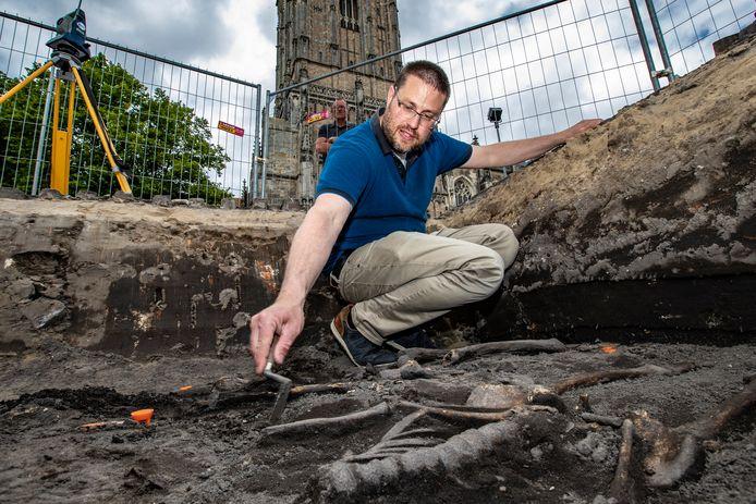 Stadsarcheoloog bart Vermeulen bij de opgravingen op het Grote Kerkhof.