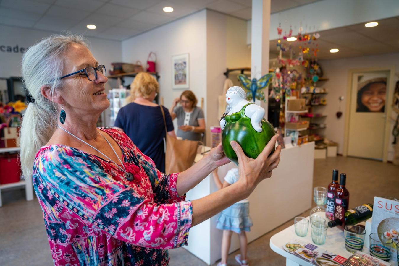 In Arnhem wordt de Wereldwinkel steeds meer een mooie cadeauwinkel, in Dieren zat dat er niet in.