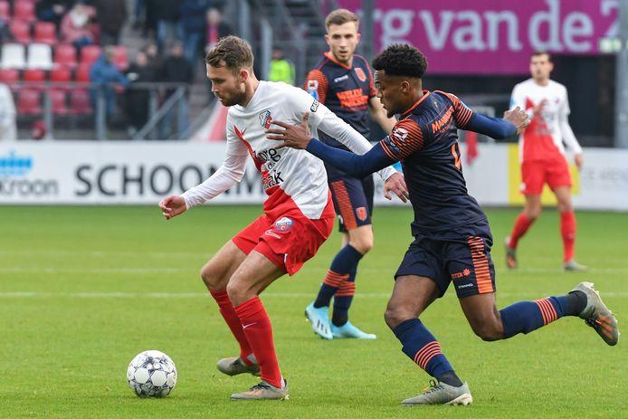 Sander van de Streek (links) probeert Hannes Delcroix van RKC Waalwijk van zich af te schudden.