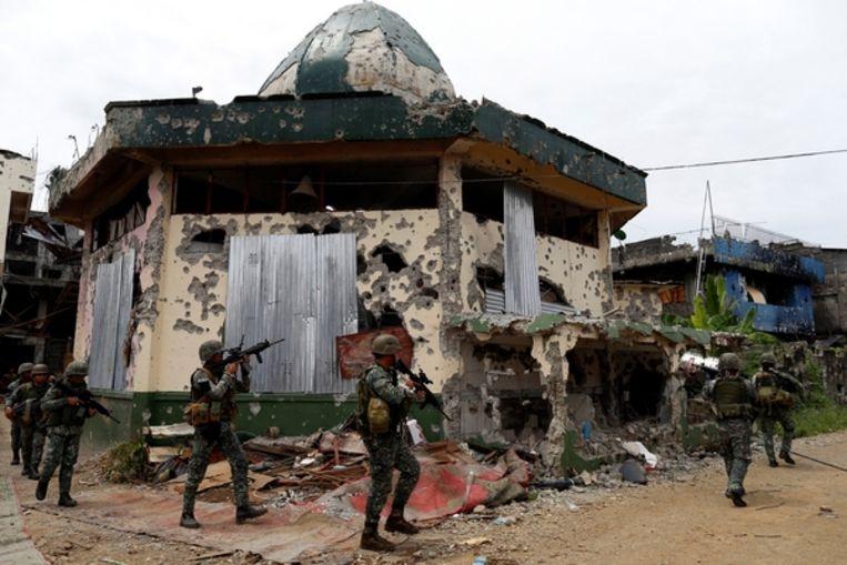 Soldaten van het Filipijnse leger op jacht naar IS-strijders Beeld Getty Images