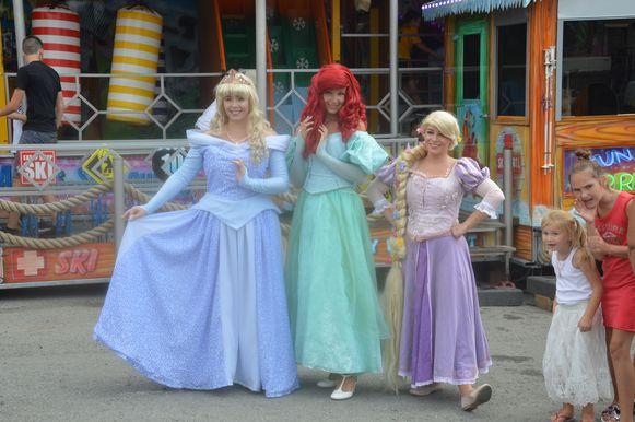 Doornroosje, Ariel en Rapunzel voor het nieuwe funhouse 'Apres Ski' op de parking aan de Oude Kaai.