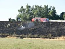 Auto's en treinen staan stil voor bermbrand langs N35 bij Wierden