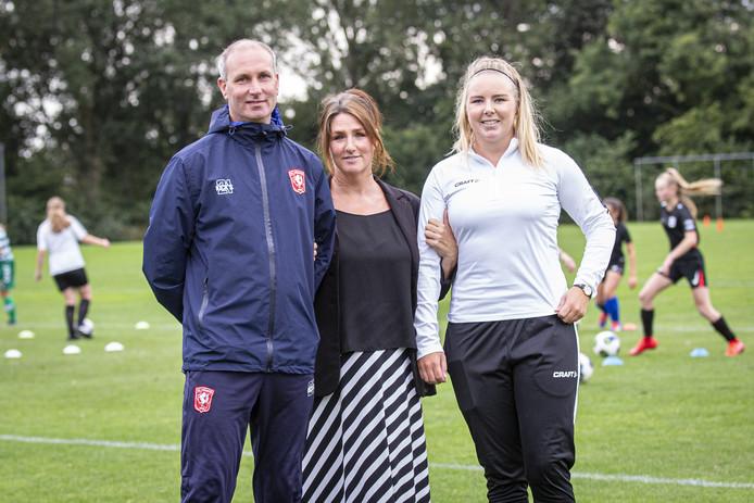 Van linksaf Peter van den Berg, Charlotte van Doorn en Valerie Overkamp bij de aftrap van de training voor het talententeam.