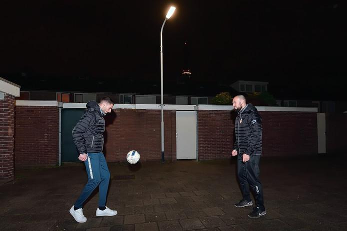 """Het liefst van 's morgens vroeg tot 's avonds laat waren de neven Anass El Gamali (links) en Marouane Hamdoune op het pleintje in de Kroeven bezig met de bal. ,,Het ging hard tegen hard."""""""