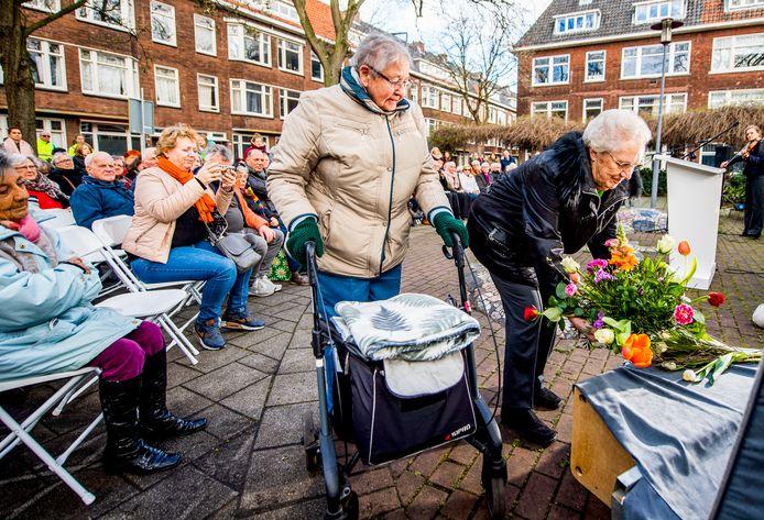 Bloemstukken werden gelegd bij een tijdelijk monument in de Treubstraat.